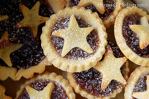 Mince pies with star decorations and powdered sugar