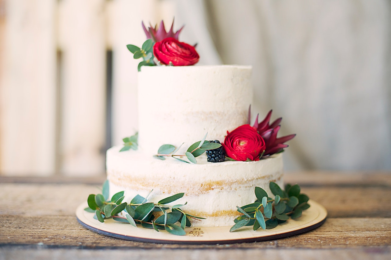 Photo of a white cake with flower decoration